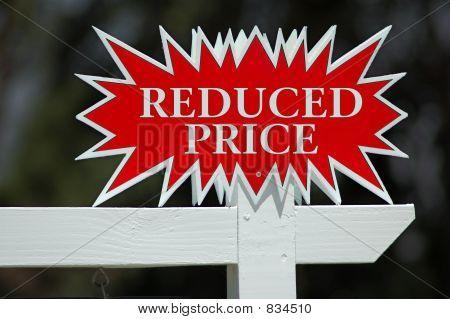 reduziert Preis Schild von Immobilienmakler