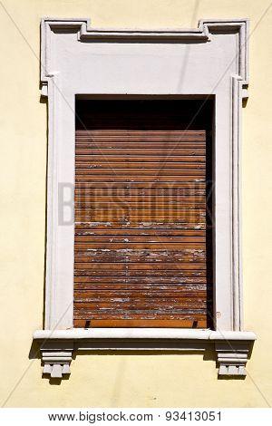 Besnate   Varese Italy       Wood Venetian Blind In  Concrete  Brick