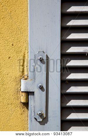 Besnate Window   Wood Venetian Blind  Concrete  Brick