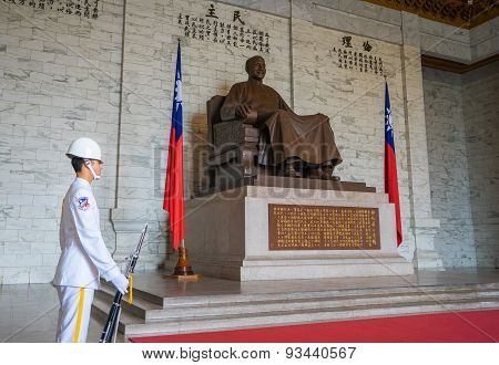 The bronze statue of Chiang Kai-shek with guarding soldier
