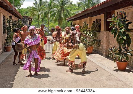 HAVANA - MAY 19: African folk dance in the street by an unknown group of African folk dance on May 19, 2013 in Havana, Cuba