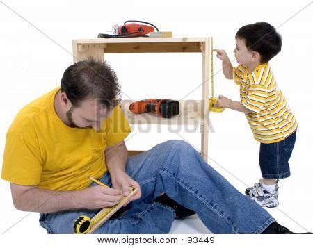 Menino e seu pai edifício A armarios juntos