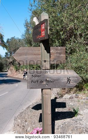 Wood sign post by the Drystone route 221