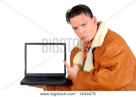 Junger Geschäftsmann auf leeren Laptop-Bildschirm zeigen
