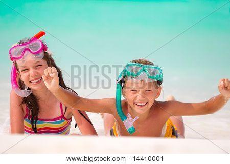 Feliz niño y niña en la playa