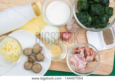 ingredients to prepare Beaked spinach with cheese / cooking Baked spinach concept
