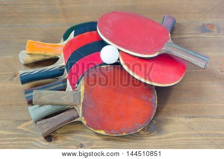 a lot of rackets on the table to choose from a bunch