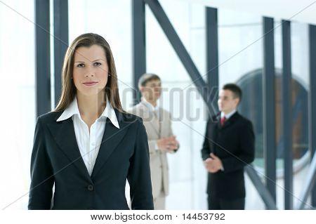 Porträt von Business Team über moderne Hintergrund