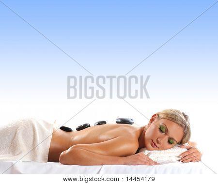 Joven atractiva rubia sexy spa tratamiento aislado sobre azul