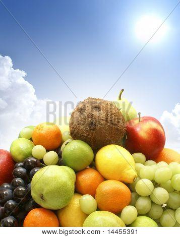 Conjunto de diferentes frutos sabrosos brillantes sobre fondo de cielo