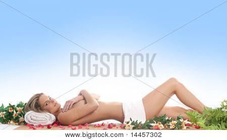 Mujer atractiva superando tratamiento de spa de azul