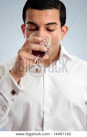 Homem bebendo vinho de degustação