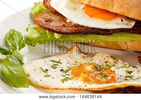 Breakfast - sandwich, egg, bacon and vegetables