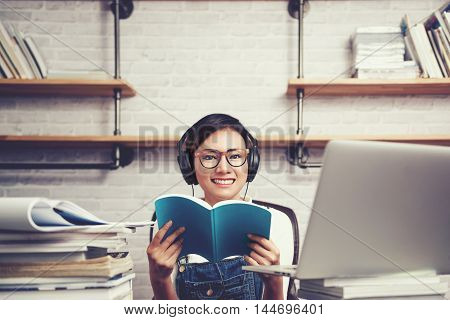 Asian women were happy to learn from reading and listeningFocus on face