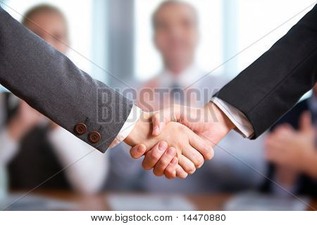 Foto de apretón de manos de los socios comerciales después de golpear el acuerdo