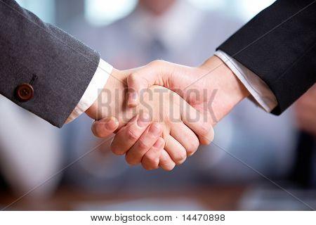 Foto des Handshakes Geschäftspartner nach auffällig viel