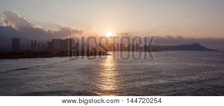 The panoramic view of the sunrise over the city of Honolulu (Hawaii).