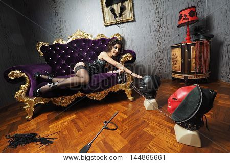 Sexy Mistress on the accesorized room do playrole