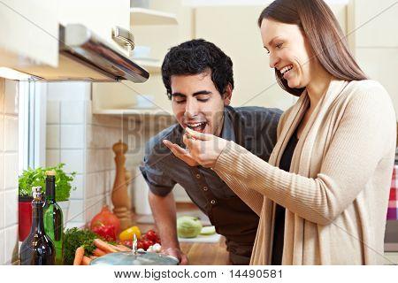 Frau Mann Geschmack A Suppe zu lassen