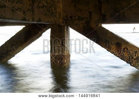 Mast strut under the seaPole buttress under the sea