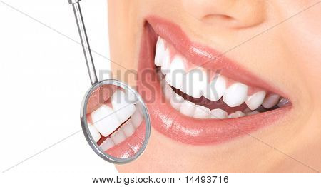 Mulher saudável dentes e um espelho de boca de dentista