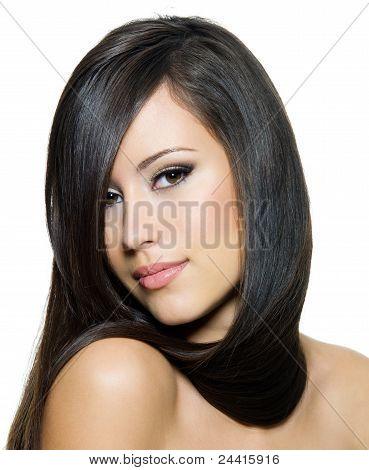Schöne junge Frau mit langen geraden Brown Hair