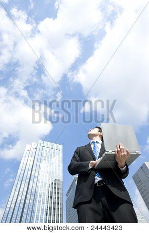 Empresario que tenía del ordenador portátil