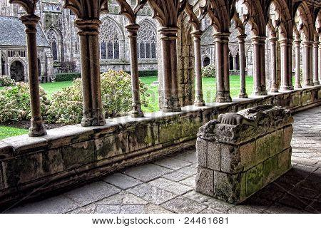 Túmulo do cavaleiro no antigo claustro gótico de Catedral de pedra