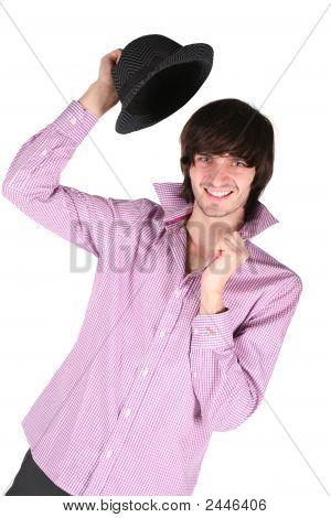 junger Mann mit schwarzen Hut in der Hand auf weiß