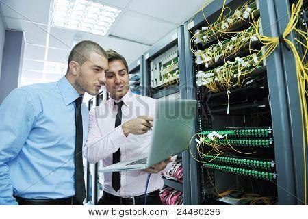 Gruppe von jungen Unternehmen Personen, die it-Ingenieur in Netzwerkserver Zimmer, Probleme zu lösen und Hilfe zu geben und