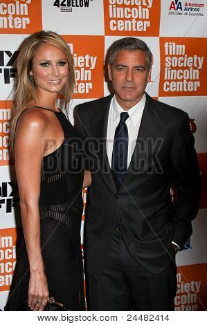 """NUEVA YORK - 16 de octubre: Stacy Keibler y George Clooney asistir a la Premier de """"Los descendientes"""""""