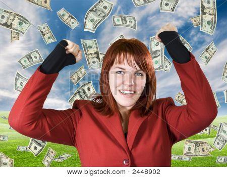 Chica regocijándose una victoria con dólares caen del cielo
