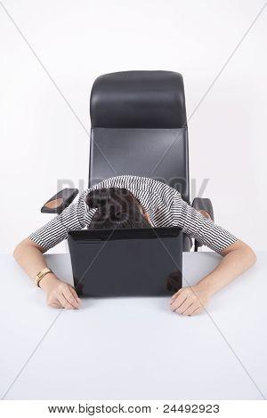 Mujer de negocios agotado duerme en