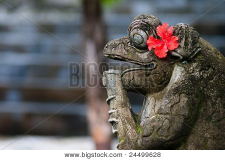 frog stone statue
