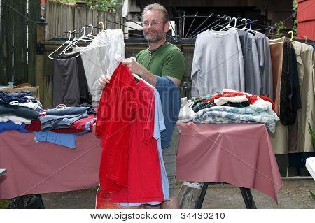 Homem em uma venda de marca