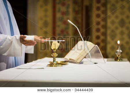 Sacerdote durante uma cerimônia de casamento/nupcial massa