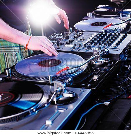 DJ disco house progresivo electro música en el concierto