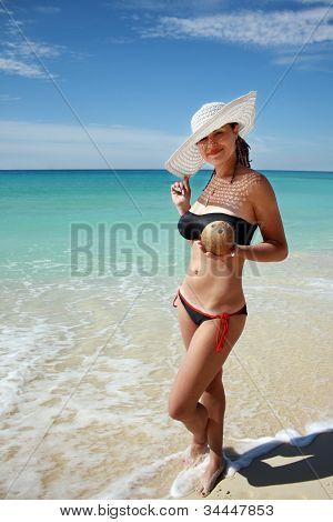 Vrouw met kokos In Hand