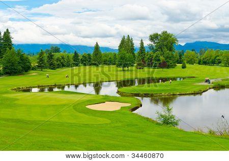 Campo de golfe com lindo verde e lagoa.