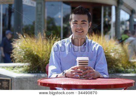heißes Getränk am Gartentisch