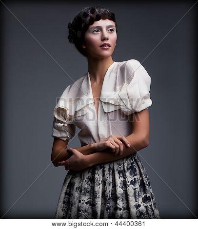 Nostalgia. O requintado estilo mulher vestuário retrô com estilo elegante cabelo trançado