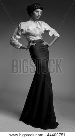 Elegância. Luxuosa Lady genuína no clássico vestido preto longo. Aristocracia