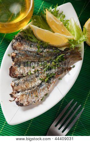 Peixe sardinha grelhado com limão e ervas