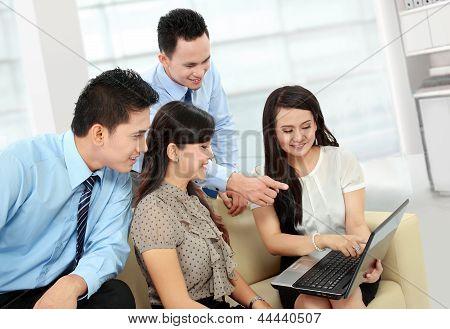 Grupo de encontro de pessoas de negócios com Laptop