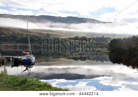 Loch Ness mit kleinem Boot