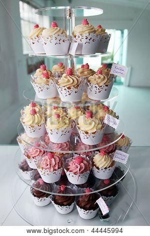 Cupcakes elegantes expostos em uma confeitaria