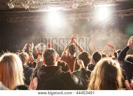 Publikum Beifall von der Bühnenkünstler.