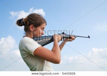 Mädchen mit Luftgewehr