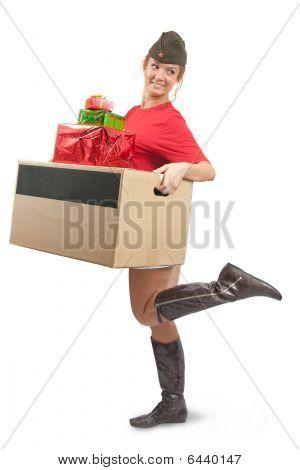 Beauty Girl in Schiffchen mit Weihnachtsgeschenke
