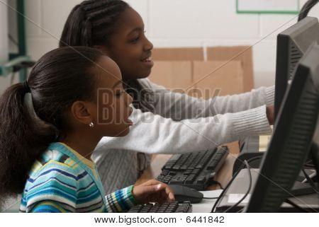 Kinder an einem computer